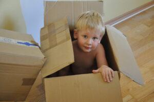 copil in cutie de carton